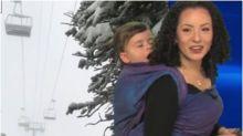Meteorologista aparece em telejornal carregando o filho pequeno nas costas