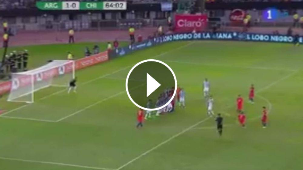 VIDEO: Exquisito tiro libre de Alexis que da en el travesaño