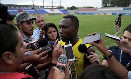 Imagen de archivo del capitán de la selección ecuatoriano Walter Ayoví hablando durante una conferencia de prensa antes de una sesión de entrenamiento