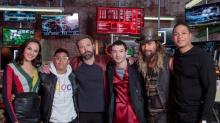 Ver para creer: youtuber bailó salsa con los integrantes de ¿la Liga de la Justicia?