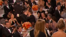 Ryan Reynolds consuela a Andrew Garfield con beso