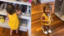 Zoe brinca com sapatos de Sabrina Sato avaliados em R$ 10 mil