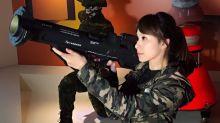美女主播穿軍服 手拿武器超性感