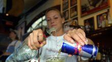 Explosives Gemisch: Das passiert, wenn du Wodka Red Bull trinkst