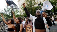Manifestantes se reúnem em frente à Casa Branca para pedir saída de Trump