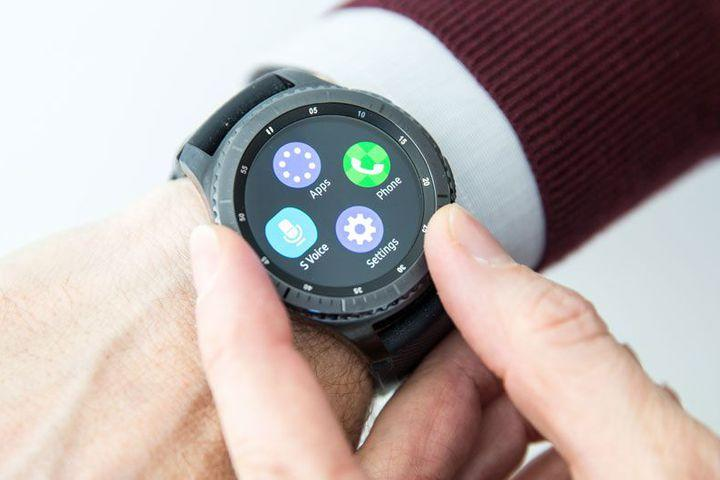 smartwatches that work with iphone samsung s gear smartwatches now work with your iphone 18025