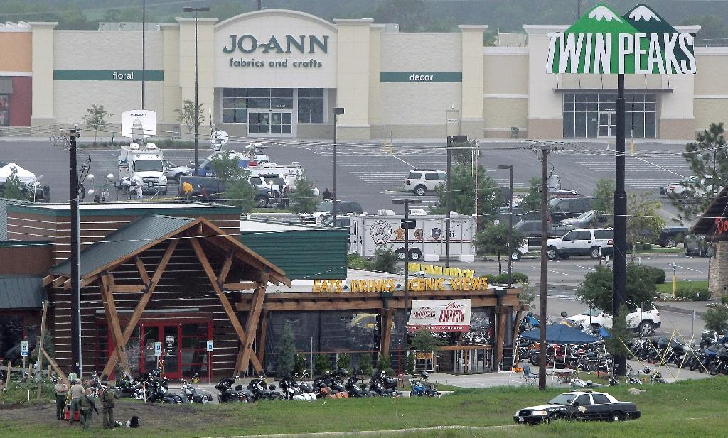 Motorcyles sit in the parking lot of the Twin Peaks restaurant, the scene of a motorcyle gang shootout, May 18, 2015 in Waco, Texas (AFP Photo/Erich Schlegel)