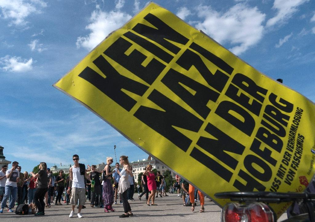 """Supporters of presidential candidate Alexander Van der Bellen dance behind a sign reading """"no Nazi at the Hofburg"""" during a rave outside the Hofburg palace in Vienna (AFP Photo/Joe Klamar)"""