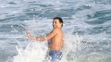 De cara lavada, Pabllo Vittar chama atenção em praia no Rio