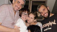 Grávida, Letícia Colin ganha abraço coletivo dos amigos e do marido, Michel Melamed