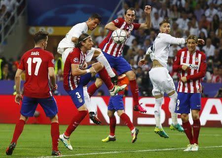 En la imagen, jugadores del Atlético de Madrid y el Real Madrid durante la final de la Champions League de 2016, en el estadio de San Siro, Milán, Italia.