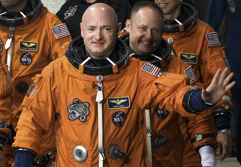 文件-在2011年5月16日,文件照片中,前美国国家航空航天局(NASA)宇航员STS-134指挥官马克·凯利(Mark Kelly)正面挥舞着他与包括迈克·芬克(Mike Fincke)在内的其他成员一起离开行动和结帐大楼,前往39号发射台A,并计划在佛罗里达州卡纳维拉尔角肯尼迪航天中心的奋进号航天飞机上升空。凯利的胜利将在关键时刻缩小共和党参议院的多数席位,并使确认唐纳德·特朗普总统的最高法院提名人的道路复杂化。 (美联社照片/克里斯·奥梅拉拉,档案)