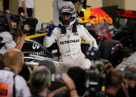 """El piloto finlandés de Mercedes Valtteri Bottas celebra la """"pole position"""" lograda en el Gran Premio de Fórmula Uno de Bahréin."""