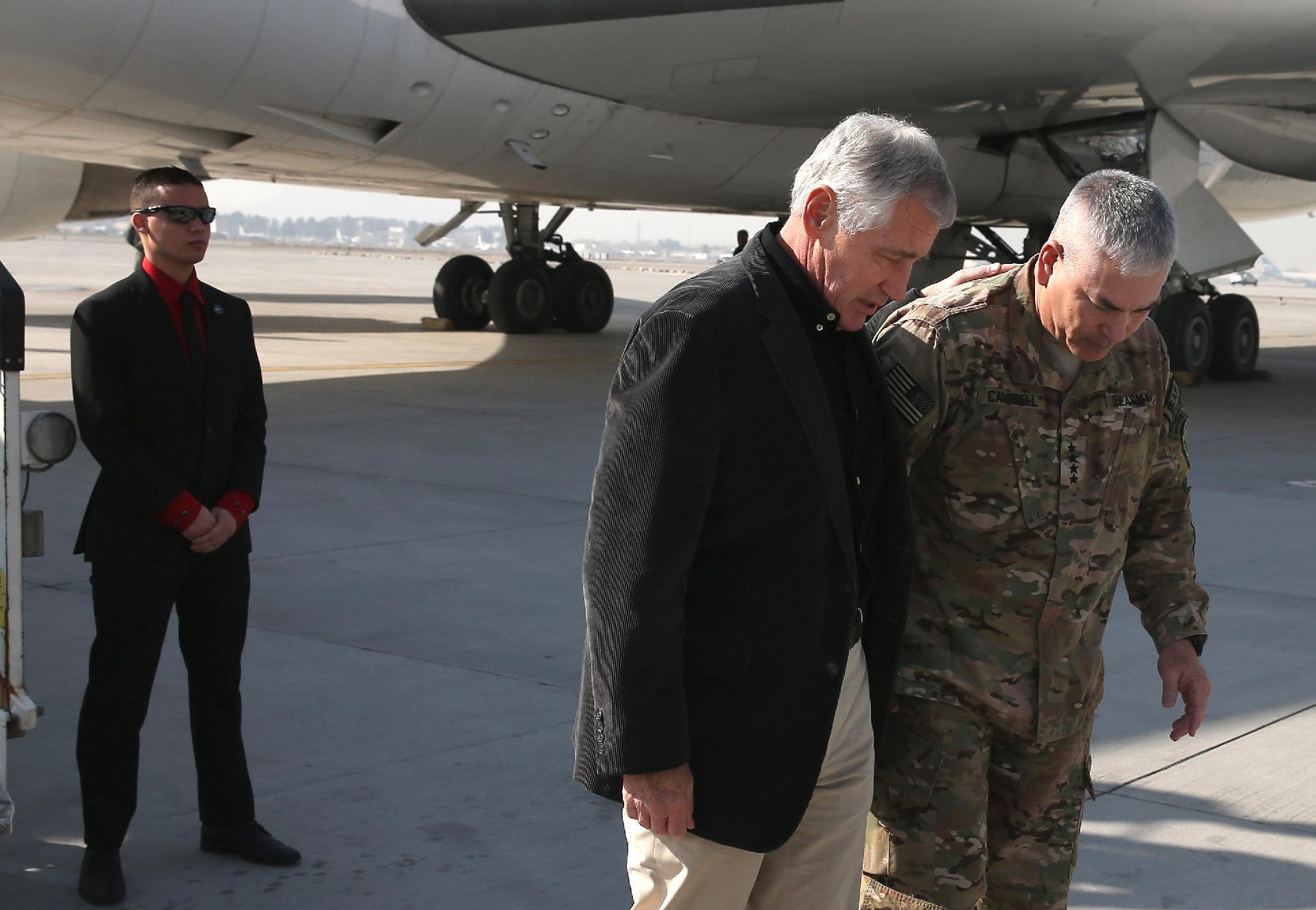 US Secretary of Defense, Chuck Hagel (C) talks with General John Campbell (R) on his arrival in Kabul on December 6, 2014 (AFP Photo/Mark Wilson)