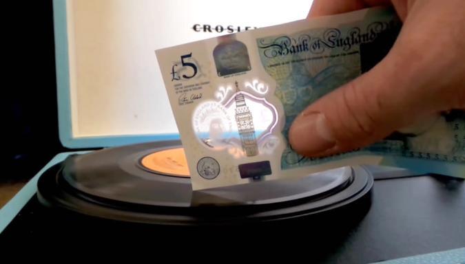 Plastikgeld: Mit 5-Pfund-Noten kann man Schallplatten abspielen
