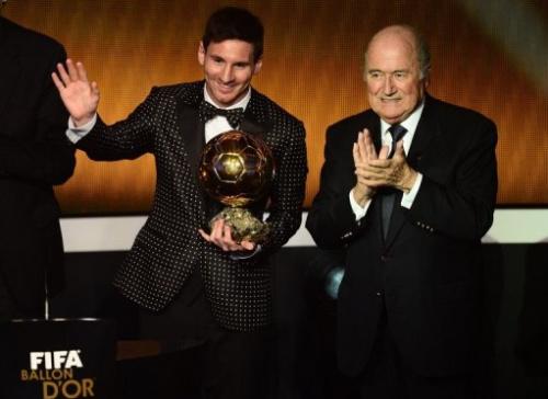 Lionel Messi saluda tras recibir el Balón de Oro de manos del presidente de FIFA Joseph Blatter