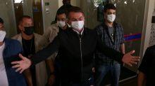 'A vontade é encher tua boca com porrada', diz Bolsonaro após repórter perguntar sobre Queiroz