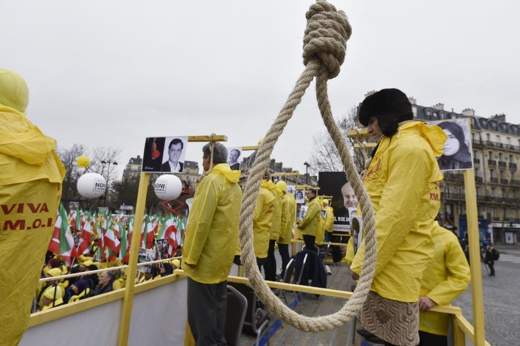 Human rights activists denounce Iran's use of the death penalty during a protest rally in Paris, on January 28, 2016 (AFP Photo/Dominique Faget)