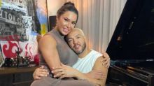 Belo faz show em drive-in na Barra e revela ter receio sair de casa por causa da mãe
