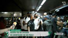 Elenco do Corinthians volta a SP sob protesto de torcedores em aeroporto