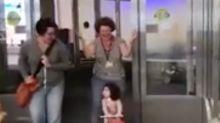 La reacción de una niña al salir del hospital por primera vez en su vida