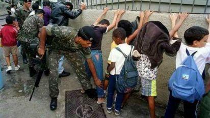 Informação de militares revistando crianças é falsa