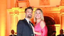 Bruno Gagliasso esquece sapatos e vai de tênis a casamento de Thaila Ayala e Renato Góes