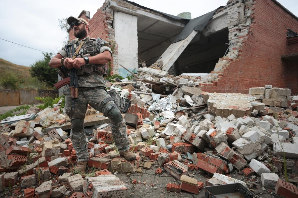 A Ukrainian paratrooper walks among the ruins of a building destroyed in shelling by pro-Russian separatists, in east Ukraine's Donetsk region, on August 14, 2016 (AFP Photo/Aleksey Filipov)