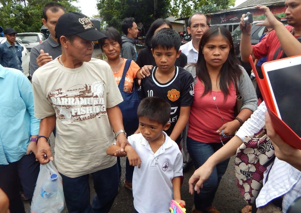 Children of Filipina drug convict and death row prisoner Mary Jane Veloso, Mark Darren, 6 (lower front C), Mark Daniel, 12 (C), and other relatives arrive in Cilacap to visit Nusakambangan maximum security prison island on April 25, 2015 (AFP Photo/Azka)