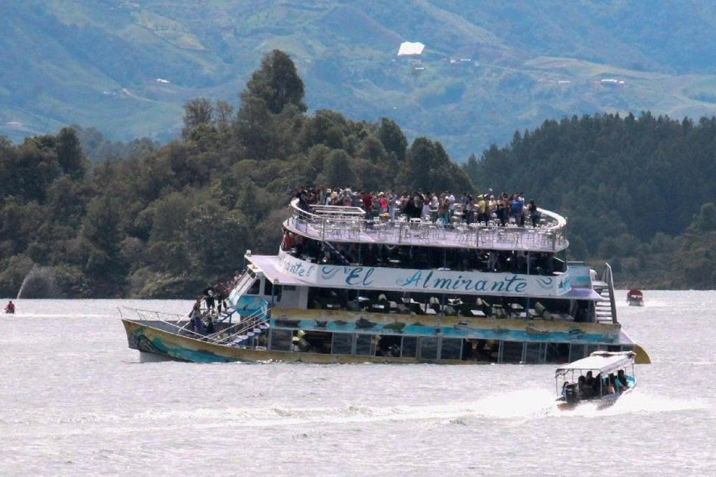 Colombian officials said the tourist boat Almirante sank in a matter of minutes (AFP Photo/Juan QUIROZ)