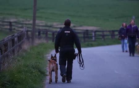 Policial com cachorro perto de hotel do Borussia Dortmund após explosão antes de jogo