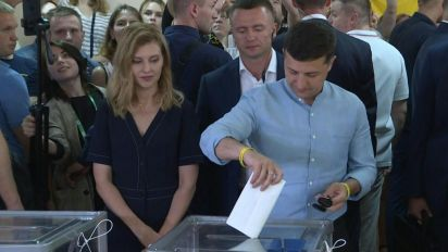 Ucraina, exit poll: partito Zelensky avanti con quasi 44% voti