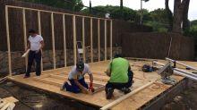 Construyeron una casita de madera económica ¡y de rápida construcción!