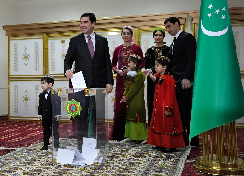 Turkmenistan's President Gurbanguly Berdymukhamedov casts his vote at a polling station in the capital Ashgabat during the election on February 12, 2017 (AFP Photo/Igor SASIN)