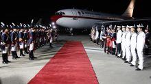 Falta de escalera demora una hora bajada de los reyes del avión en Argentina