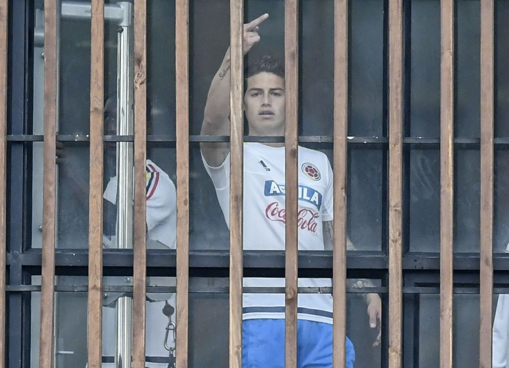 Colombia, James Rodriguez nervoso: dito medio ai giornalisti