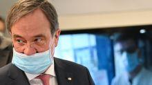 Nase frei trotz Mundschutz: Laschet kassiert Sprüche im Internet