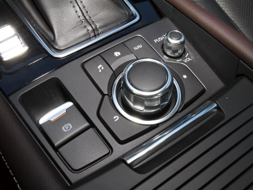 採用旋鈕設計使操控功能更為直覺,而旁還擁有了高級車般的電子式手煞車。
