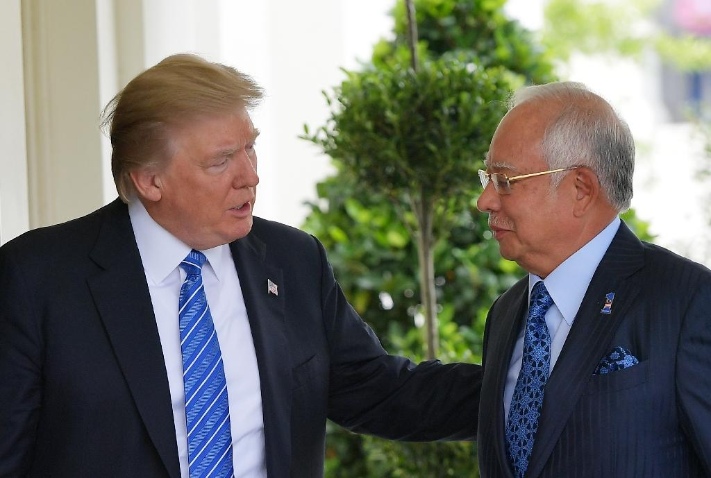 US President Donald Trump greets Malaysian Prime Minister Najib Razak outside of the West Wing of the White House (AFP Photo/MANDEL NGAN)