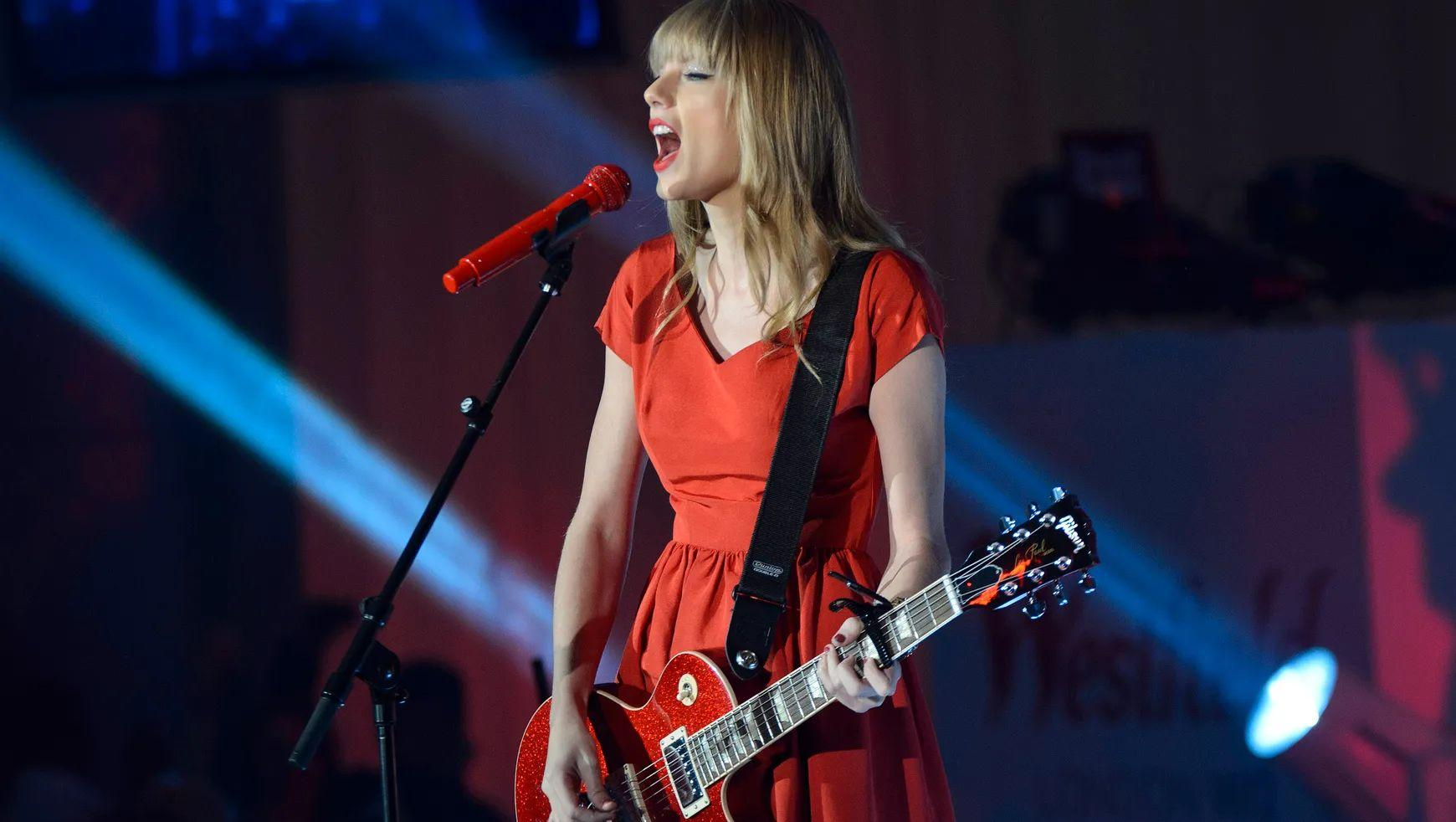 """Taylor Swift Fans Threatened To """"Shoot Up"""" Record Label, Office Closes Due To Death Threats"""