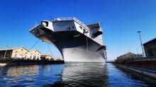 La portaerei Cavour entrata nel bacino Taranto per manutenzione