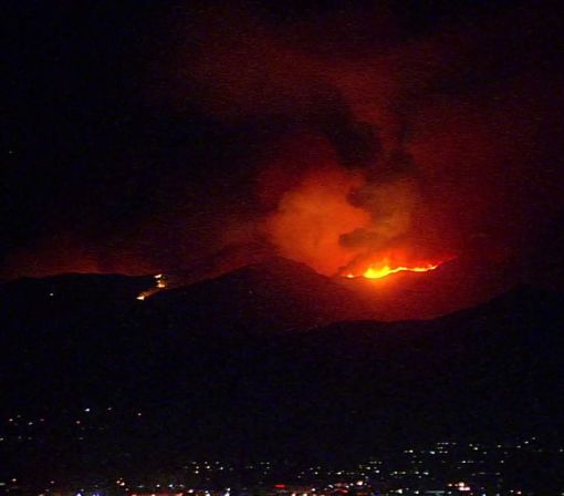 Brush fire quickly spreads up hillsides in Santa Clarita near 14 Fwy