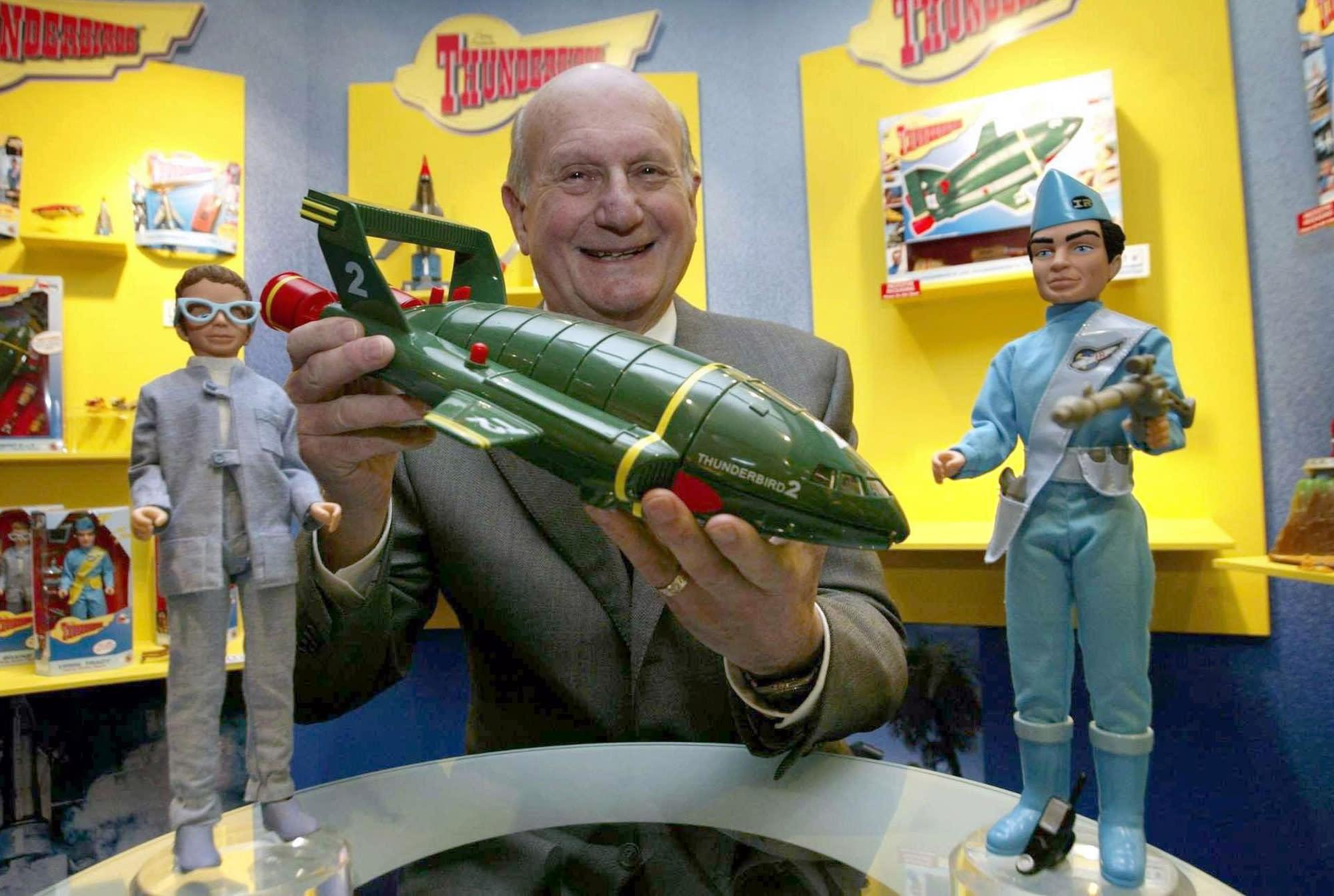 """Gerry Anderson posa para una fotografía con un juguete de los Thunderbirds en el 40 aniversario de la primera transmisión de la serie de televisión en Londres en una fotografía del 27 de enero de 2005. Anderson el creador de los """"Thunderbirds"""" murió el miércoles 26 de diciembre de 2012. Tenía 83 años. (Foto AP/PA, Hugo Philpot, archivo)"""