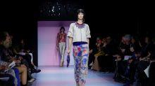 Armani combina alfaiataria séria com cores vibrantes para show em Paris
