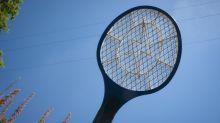 Raquete elétrica e repelente eletrônico para enfrentar os pernilongos