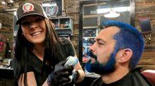 """""""Stamp Out Hunger"""": Darum färben sich in den USA gerade Tausende Postangestellte die Haare blau"""
