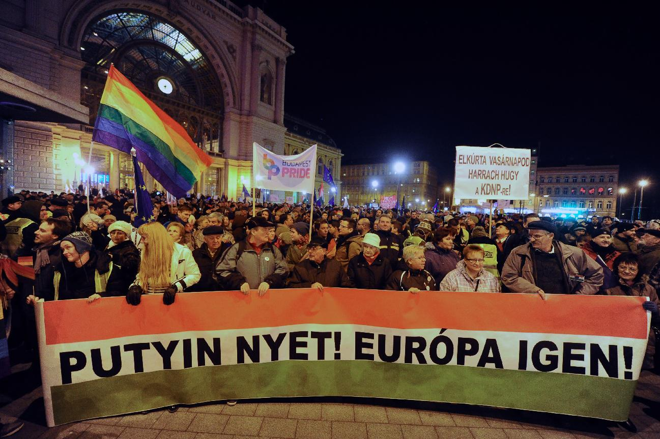 """Protesters march with their banner, """"Putin no! Europe yes!"""" during a demonstration on February 16, 2015 in Budapest (AFP Photo/Attila Kisbenedek)"""