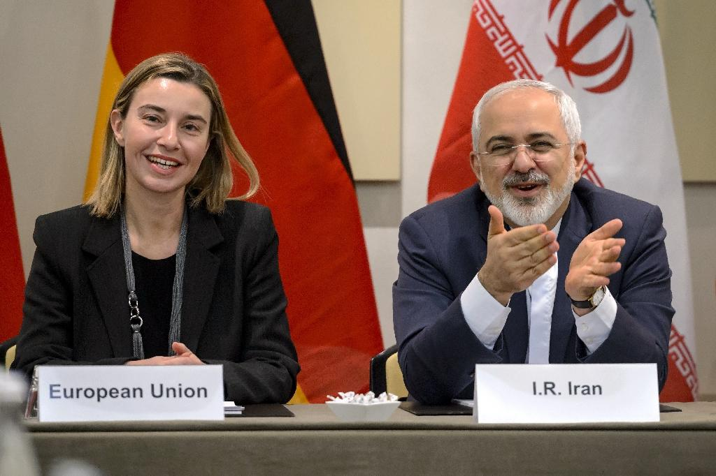 EU foreign policy chief Federica Mogherini (L) and Iranian Foreign Minister Mohammad Javad Zarif pictured before the opening of a plenary session on Iran nuclear talks at the Beau Rivage Palace Hotel in Lausanne, Switzerland, on March 30, 2015 (AFP Photo/Fabrice Coffrini)