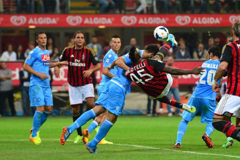 d9c67ae5fb920 Raul Albiol, do Nápoli, briga pela bola com Balotelli, do Milan, durante  partida em 22 de setembro de 2013