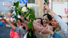 男人都被捕! 白俄女性舉鮮花上街繼續示威